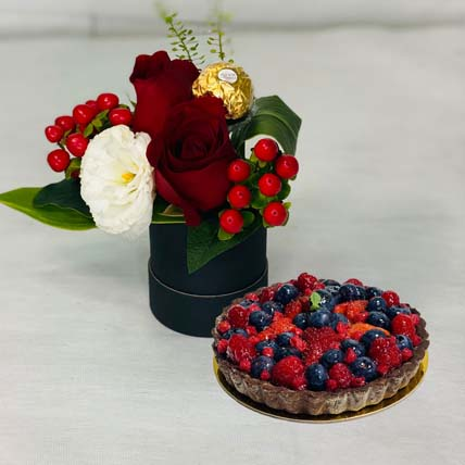 Box Of Roses With Berry Tart Cake: Bloom Boxes