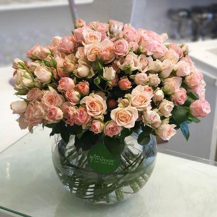 100 Peach Spray Roses In Glass Vase